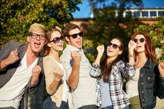 Groupe d'amis heureux montrant le geste de triomphe Photos libres de droits