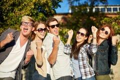 Groupe d'amis heureux montrant le geste de triomphe Photographie stock libre de droits
