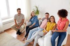 Groupe d'amis heureux parlant à la maison Images libres de droits