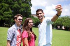 Groupe d'amis heureux prenant le selfie Photographie stock libre de droits