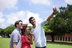 Groupe d'amis heureux prenant le selfie Photographie stock