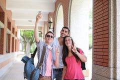 Groupe d'amis heureux prenant le selfie Image libre de droits