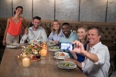 Groupe d'amis heureux prenant le selfie avec le téléphone portable Images libres de droits