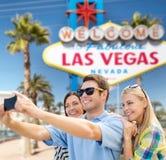 Groupe d'amis heureux prenant le selfie par le téléphone portable Photographie stock