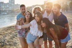 Groupe d'amis heureux prenant le selfie sur la plage Images libres de droits