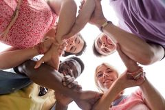 Groupe d'amis heureux tenant des mains Photographie stock libre de droits