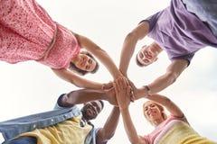 Groupe d'amis heureux tenant des mains Photo libre de droits