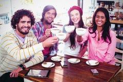 Groupe d'amis heureux tenant la tasse de café images libres de droits