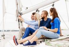 Groupe d'amis heureux voyageant sur un yacht Photographie stock
