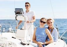 Groupe d'amis heureux voyageant sur un yacht Tourisme, vacances, Images stock