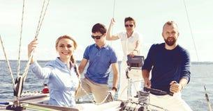 Groupe d'amis heureux voyageant sur un yacht Tourisme, vacances, Photo stock