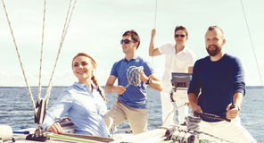 Groupe d'amis heureux voyageant sur un yacht Tourisme, vacances, Images libres de droits