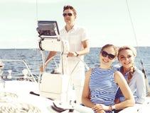 Groupe d'amis heureux voyageant sur un yacht Tourisme, vacances, Photos stock