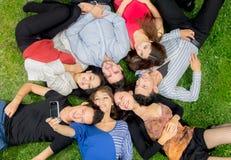 Groupe d'amis hispaniques prenant une photo Photographie stock