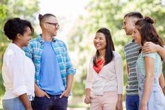 Groupe d'amis internationaux heureux en parc Images stock