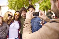 Groupe d'amis intimes prenant la photo Photographie stock