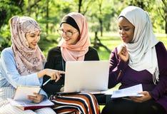 Groupe d'amis islamiques discutant et travaillant ensemble Images libres de droits
