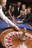 Groupe d'amis jouant dans le casino Images stock