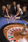 Groupe d'amis jouant dans le casino Photographie stock libre de droits