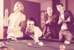 Groupe d'amis jouant des billards Photos stock