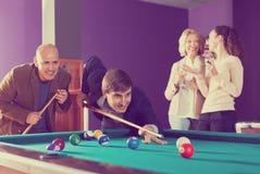 Groupe d'amis jouant des billards Photo libre de droits