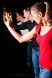 Groupe d'amis jouant des dards Image libre de droits