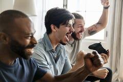 Groupe d'amis jouant des jeux vidéo Photo stock