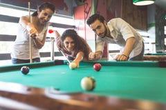 Groupe d'amis jouant la piscine Images stock