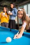 groupe d'amis jouant la piscine ensemble Images stock