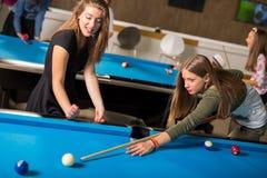 groupe d'amis jouant la piscine ensemble Image stock