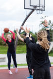 Groupe d'amis jouant le basket-ball Images libres de droits