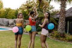 Groupe d'amis jouant le jeu de bruit de ballon Image libre de droits