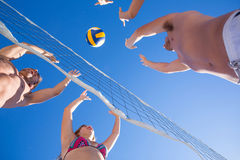 Groupe d'amis jouant le volleyball Image libre de droits