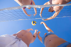 Groupe d'amis jouant le volleyball Photographie stock