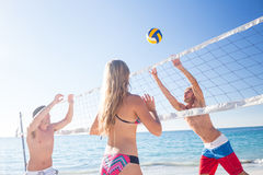Groupe d'amis jouant le volleyball Photo stock