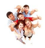 Groupe d'amis joyeux heureux restant avec des mains photo libre de droits