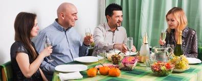 Groupe d'amis mangeant à la table de fête Images stock