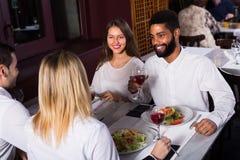 Groupe d'amis mangeant au restaurant Image libre de droits
