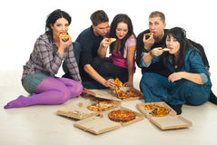 Groupe d'amis mangeant de la pizza Photographie stock