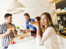 Groupe d'amis mangeant de la pizza Photos libres de droits