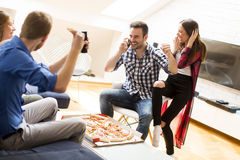 Groupe d'amis mangeant de la pizza Images stock