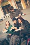 Groupe d'amis mangeant de la pizza dehors Photographie stock libre de droits