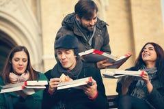 Groupe d'amis mangeant de la pizza dehors Photo libre de droits