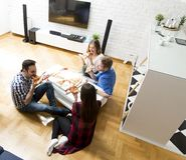 Groupe d'amis mangeant de la pizza ensemble à la maison Photos stock