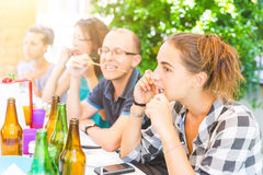 Groupe d'amis mangeant des brochettes de viande Image libre de droits