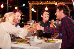 Groupe d'amis mangeant le dîner au restaurant de dessus de toit photos libres de droits