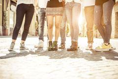 Groupe d'amis marchant au centre de la ville Photos libres de droits