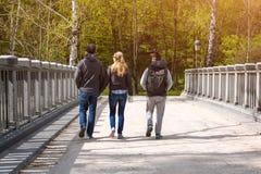 Groupe d'amis marchant au printemps parc Photo stock