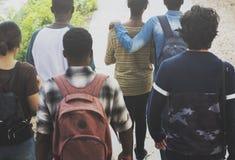 Groupe d'amis marchant ensemble Images stock