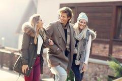 Groupe d'amis marchant ensemble en hiver Photo libre de droits